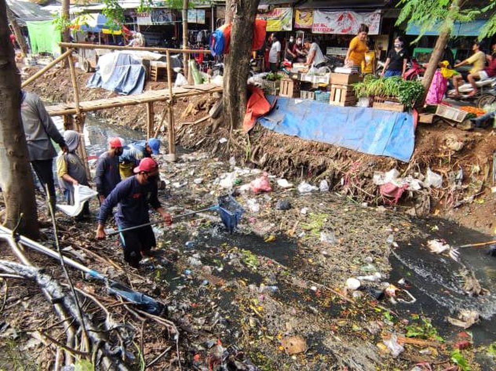 Pemkot Tangerang Turun Tangan Bersihkan Sampah Sungai di Pasar Sipon