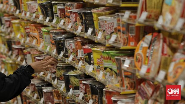 Pengunjung berbelanja mi instan di store KKV di dalah satu pusat perbelanjaan Ibukota. Jakarta, 9 Januari 2020. CNN Indonesia/Adhi Wicaksono