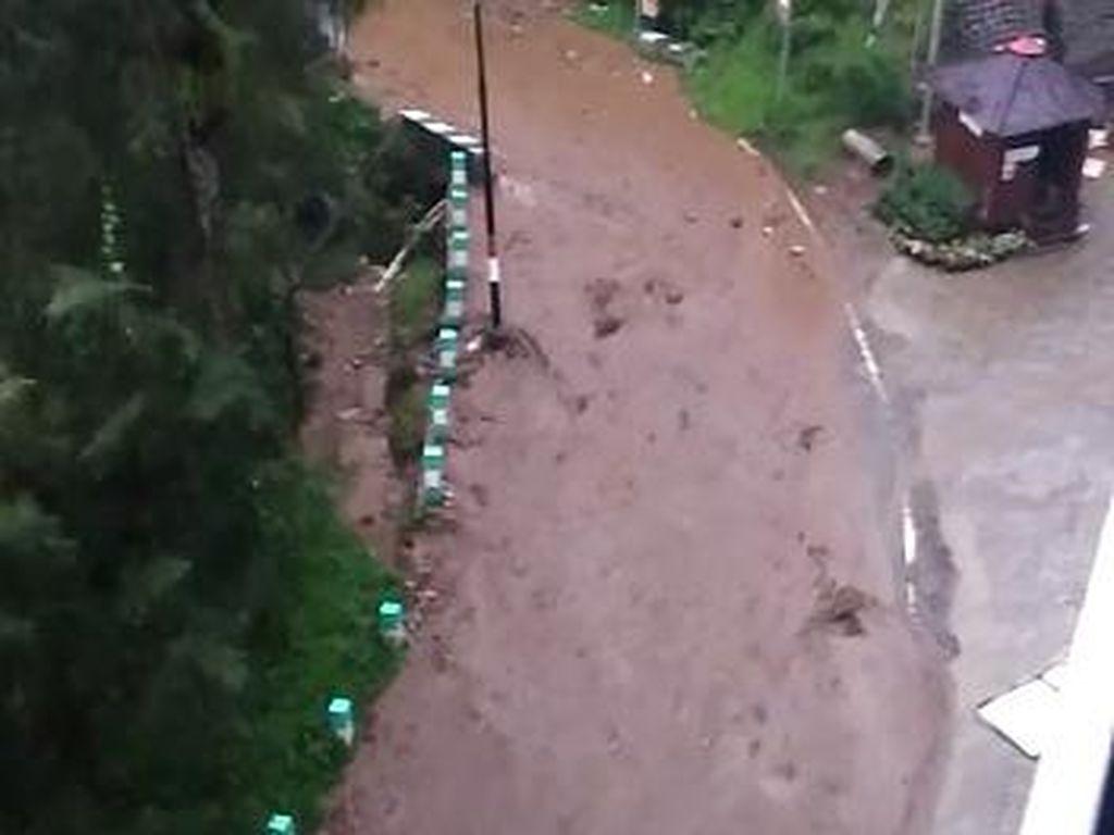 Hujan Deras dan Longsor, Jalan ke Bromo Sempat Seperti Sungai Lumpur