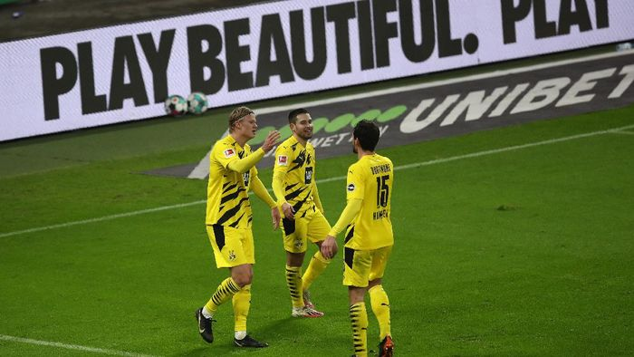 LEIPZIG, GERMANY - JANUARY 09: Erling Haaland of Borussia Dortmund celebrates with teammate Mats Hummels and Raphael Guerreiro after scoring their teams third goal during the Bundesliga match between RB Leipzig and Borussia Dortmund at Red Bull Arena on January 09, 2021 in Leipzig, Germany. Sporting stadiums around Germany remain under strict restrictions due to the Coronavirus Pandemic as Government social distancing laws prohibit fans inside venues resulting in games being played behind closed doors. (Photo by Maja Hitij/Getty Images)