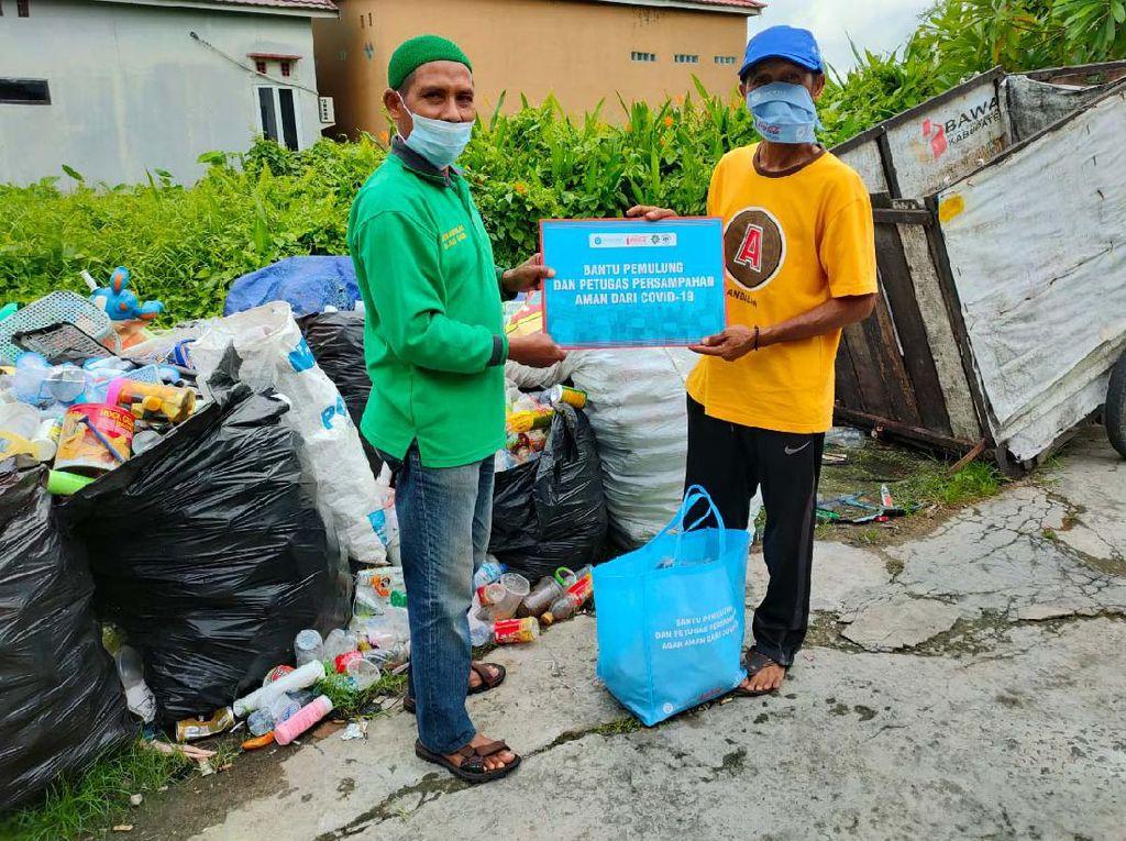 Di Tengah Pandemi COVID-19, Pemulung Terima Bantuan