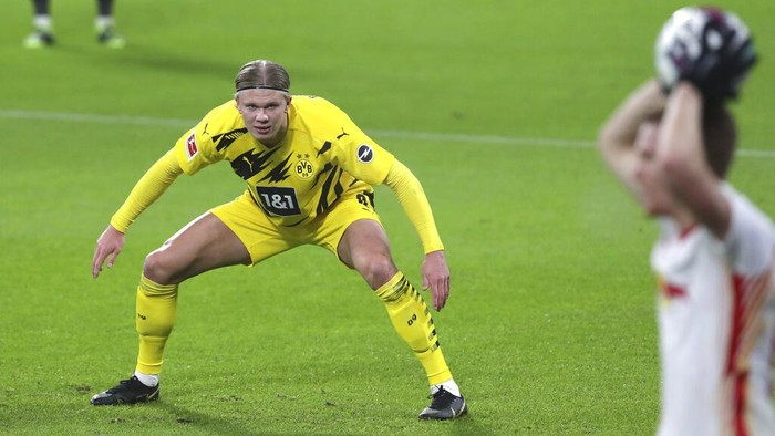 Dortmunds Erling Haaland in action during the German Bundesliga soccer match between RB Leipzig and Borussia Dortmund in Leipzig, Germany, Saturday, Jan. 9, 2021. (AP Photo/Michael Sohn)