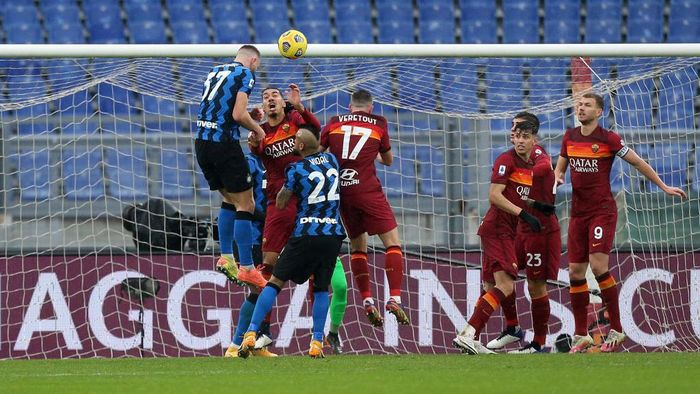 ROME, ITALY - JANUARY 10: Milan Skriniar of Internazionale scores their sides first goal during the Serie A match between AS Roma and FC Internazionale at Stadio Olimpico on January 10, 2021 in Rome, Italy. Sporting stadiums around Italy remain under strict restrictions due to the Coronavirus Pandemic as Government social distancing laws prohibit fans inside venues resulting in games being played behind closed doors. (Photo by Paolo Bruno/Getty Images)