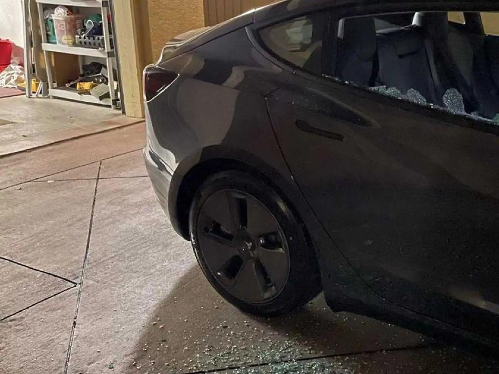 Hitungan Menit Keluar Dealer, Kaca Mobil Tesla Termurah Pecah Sendiri