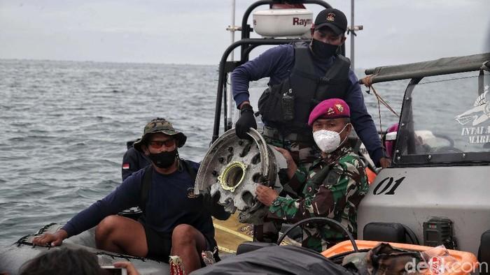Pasukan Taifib Marinir TNI AL kembali menemukan serpihan pesawat Sriwijaya Air SJ182. Barang ditemukan berupa roda pesawat hingga KTP milik korban.