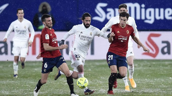 PAMPLONA, SPAIN - JANUARY 09: Isco of Real Madrid battles for possession with Oier Sanjurjo and Inigo Perez of CA Osasuna during the La Liga Santander match between C.A. Osasuna and Real Madrid at Estadio El Sadar on January 09, 2021 in Pamplona, Spain. Sporting stadiums around Spain remain under strict restrictions due to the Coronavirus Pandemic as Government social distancing laws prohibit fans inside venues resulting in games being played behind closed doors. (Photo by Juan Manuel Serrano Arce/Getty Images)
