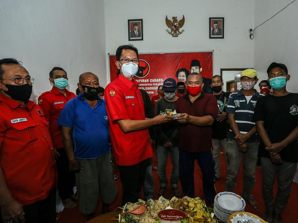 PDIP Surabaya Bagikan 48 Tumpeng di Hari Ulang Tahun Partai