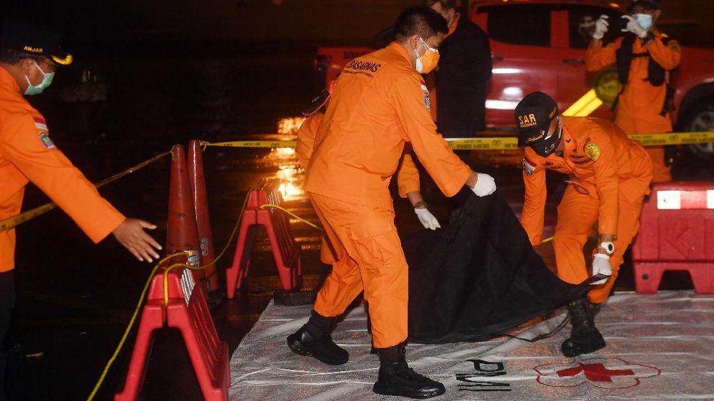 Foto: Benda Diduga Serpihan Pesawat Sriwijaya Air SJ182 Dikumpulkan