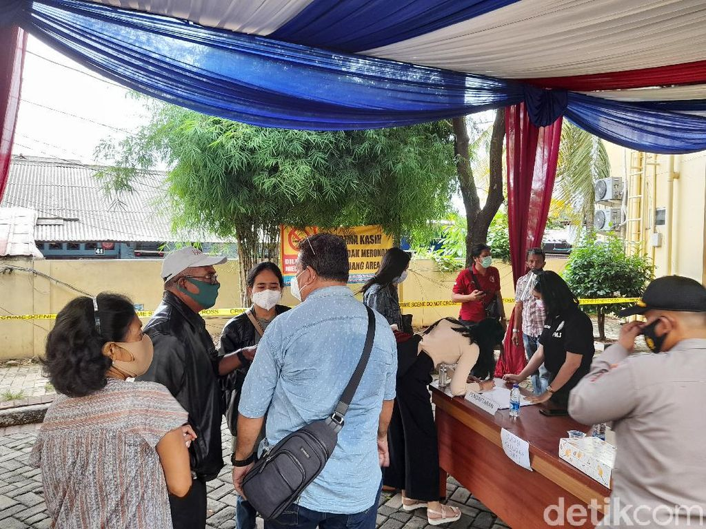 Keluarga Penumpang Sriwijaya Air SJ182 Terus Berdatangan ke Posko RS Polri