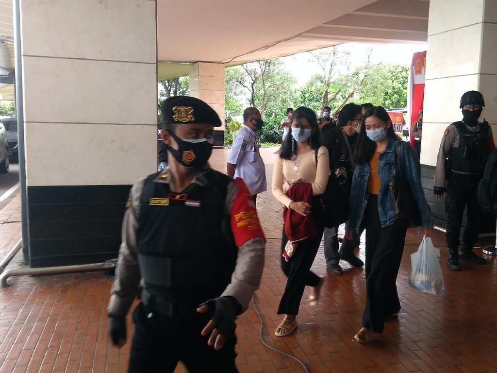 Keluarga Korban Sriwijaya Air SJ182 di Bandara Soetta Diantar ke RS Polri
