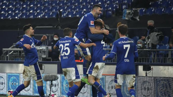 GELSENKIRCHEN, GERMANY - JANUARY 09: Matthew Hoppe of FC Schalke 04 celebrates with teammates Amine Harit, Sead Kolasinac and Mark Uth after scoring their teams third goal during the Bundesliga match between FC Schalke 04 and TSG Hoffenheim at Veltins-Arena on January 09, 2021 in Gelsenkirchen, Germany. Sporting stadiums around Germany remain under strict restrictions due to the Coronavirus Pandemic as Government social distancing laws prohibit fans inside venues resulting in games being played behind closed doors. (Photo by Lars Baron/Getty Images)