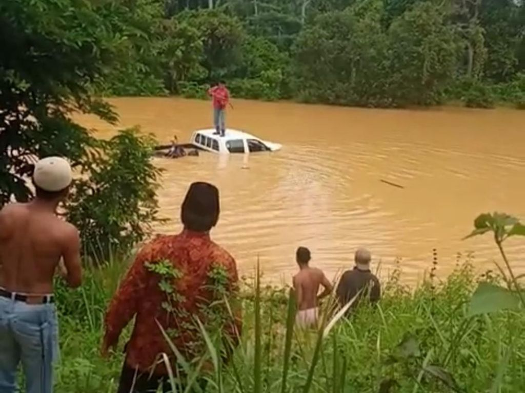 Nekat Terobos Luapan Sungai Jambi, Sebuah Mobil Berisi 3 Warga Terseret Arus