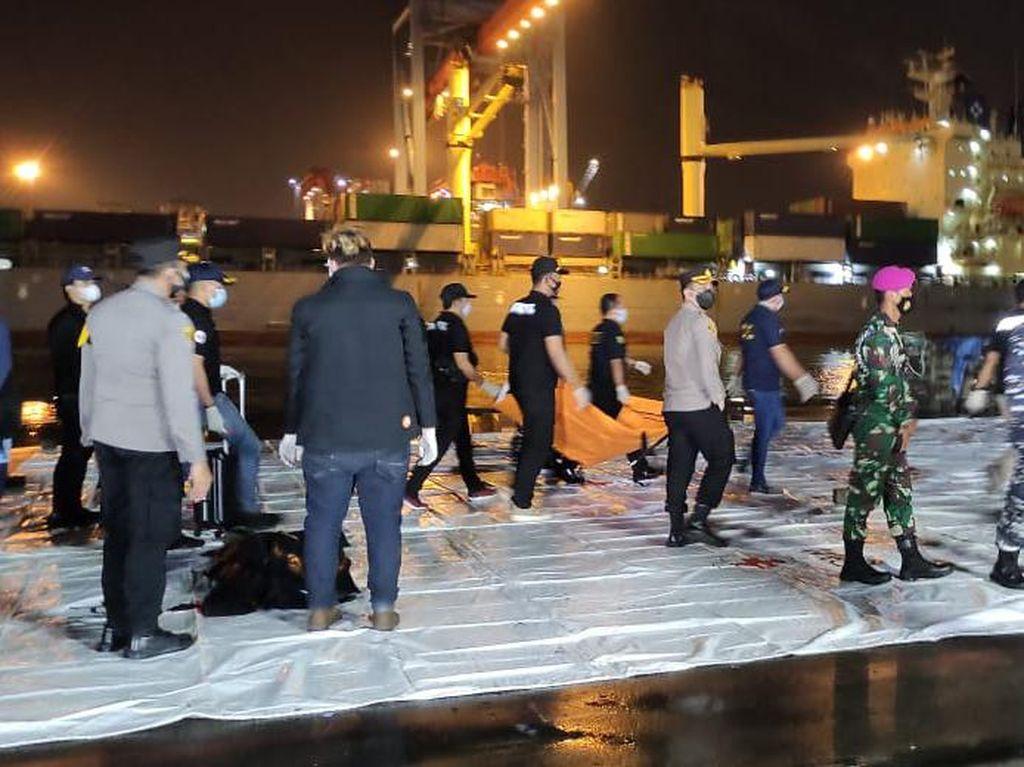 Bagian Tubuh-1 Properti Diduga Milik Korban Sriwijaya Air Dibawa ke RS Polri