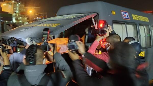 Sejumlah Barang Temuan Jatuhnya Sriwijaya Air SJ182 Dibawa Ambulans Menuju RS Polri