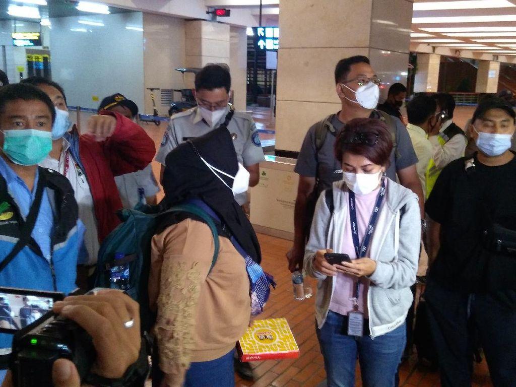 Keluarga Crew Sriwijaya Air SJ182 Diantar ke RS Polri, Bawa Sampel DNA