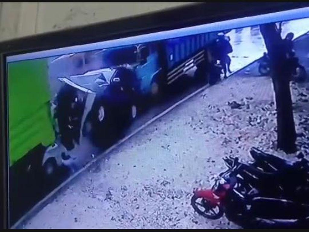 Ngeri! Detik-detik Truk Seruduk Mobil-Pikap di Lingkar Kudus Terekam CCTV