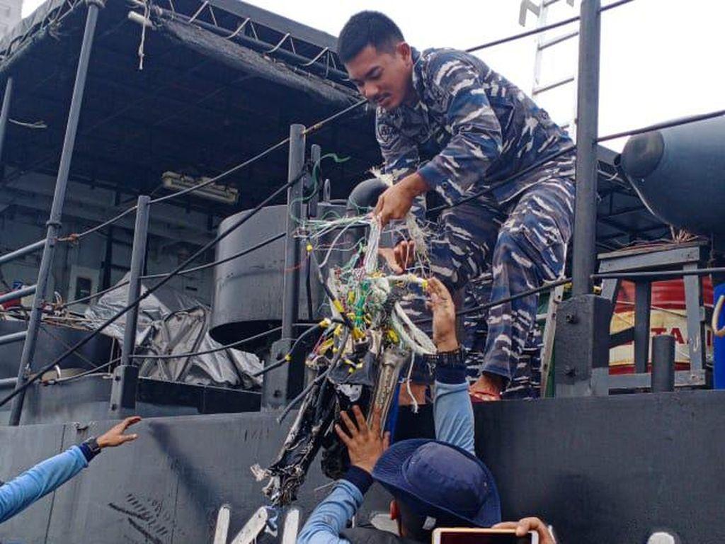 Penyelam Kopaska Temukan Life Vest-Pecahan Sriwijaya Air