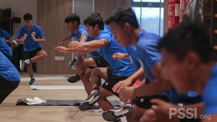 Timnas Indonesia U-19 berlatih di gym.