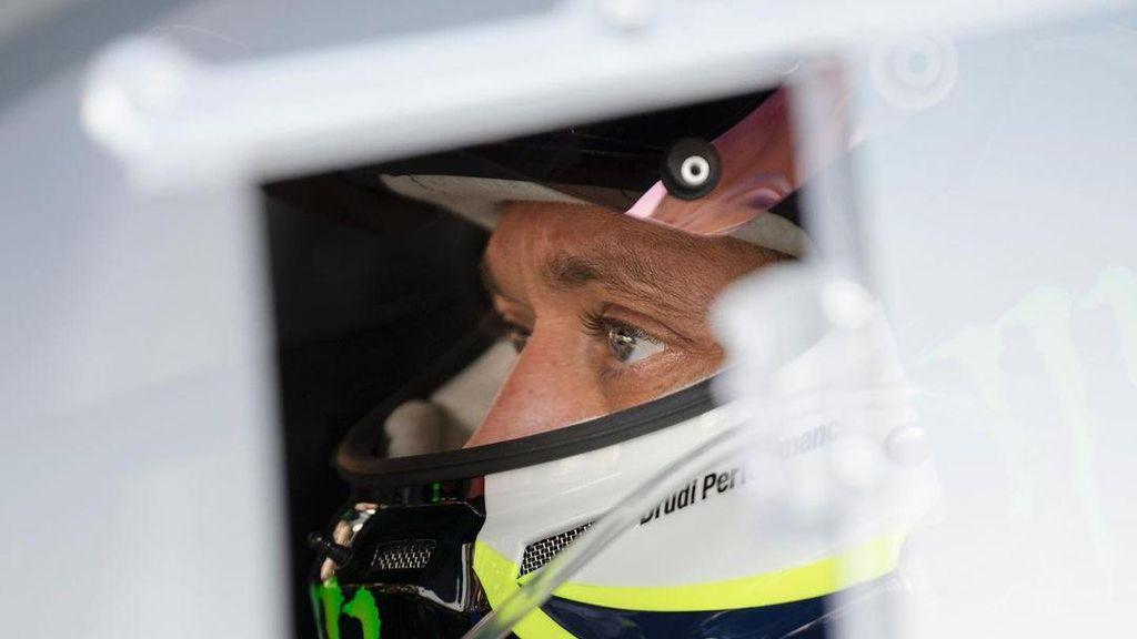 Gaya Valentino Rossi saat Balapan Pakai Mobil Ferrari