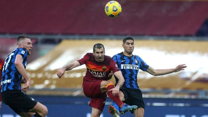 ROME, ITALY - JANUARY 10: Henrikh Mkhitaryan of Roma and Achraf Hakimi of Internazionale battle for possession during the Serie A match between AS Roma and FC Internazionale at Stadio Olimpico on January 10, 2021 in Rome, Italy. Sporting stadiums around Italy remain under strict restrictions due to the Coronavirus Pandemic as Government social distancing laws prohibit fans inside venues resulting in games being played behind closed doors. (Photo by Paolo Bruno/Getty Images)
