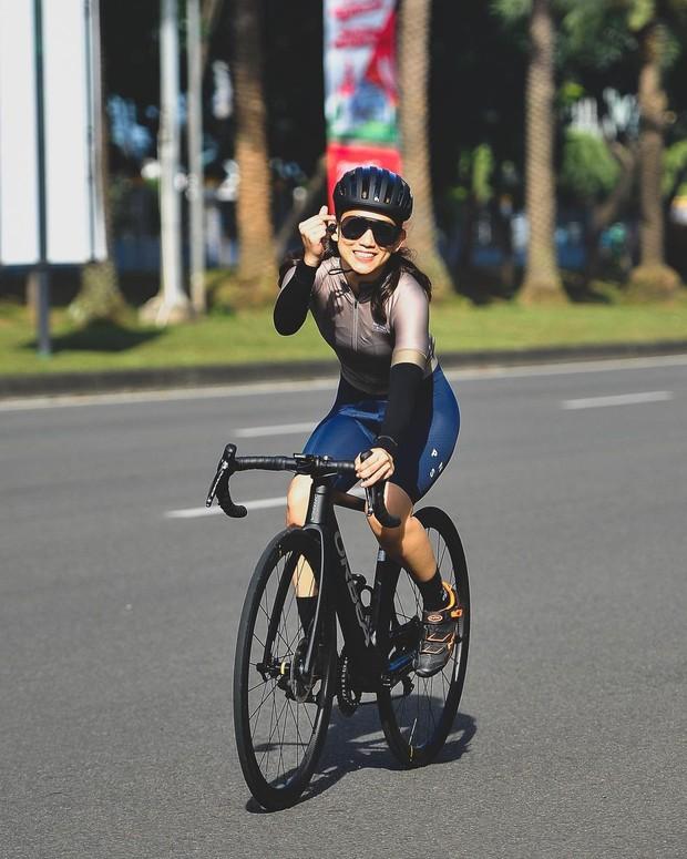 Athira Farina berolahraga sepeda/instagram.com/athirafarina