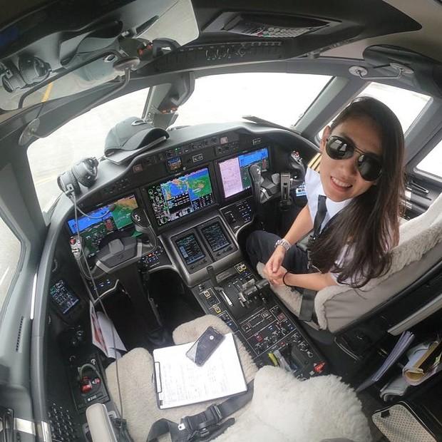Athira Farina tengah bertugas di kabin pesawat/instagram.com/athirafarina