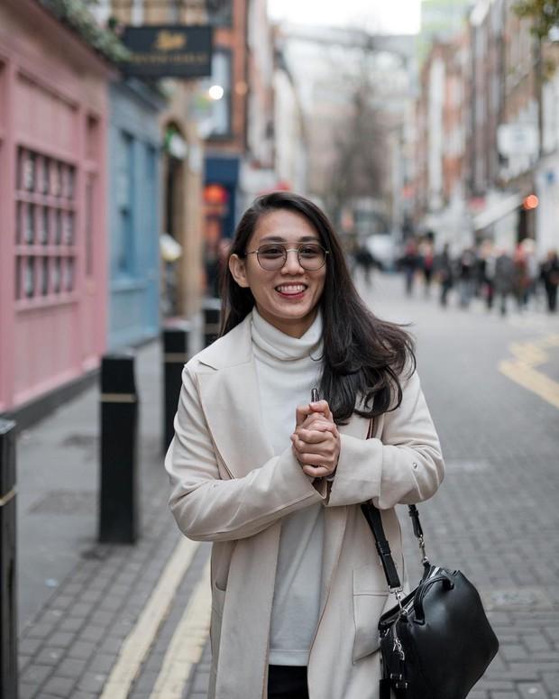 Athira Farina tampil fashionable on street/instagram.com/athirafarina