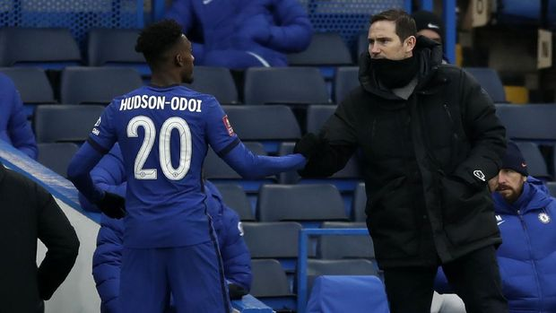 Chelsea's head coach Frank Lampard, right, shakes hands with Chelsea's Callum Hudson-Odoi during the English FA Cup third round soccer match between Chelsea and Morecambe at Stamford Bridge Stadium in London, Sunday, Jan. 10, 2021. (AP Photo/Matt Dunham)