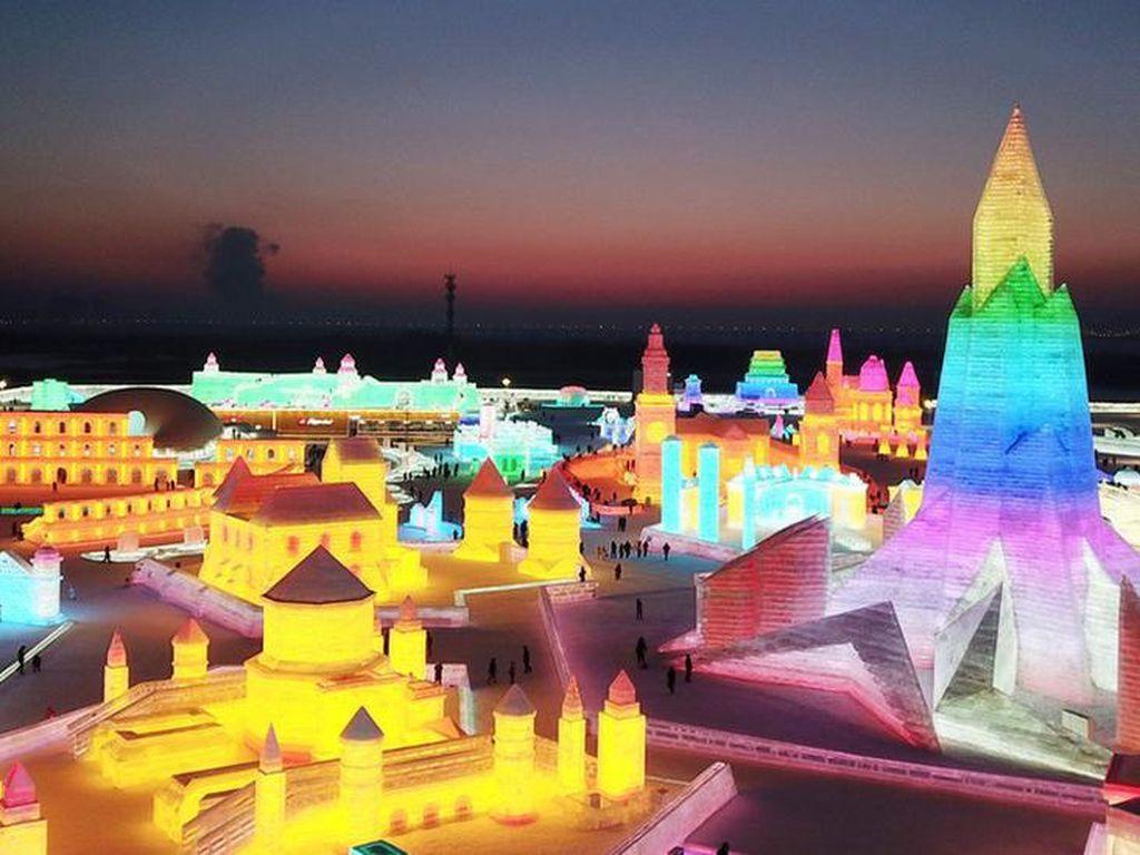 China Bangun Kota Beku dan Istana Warna-warni dalam Festival Es
