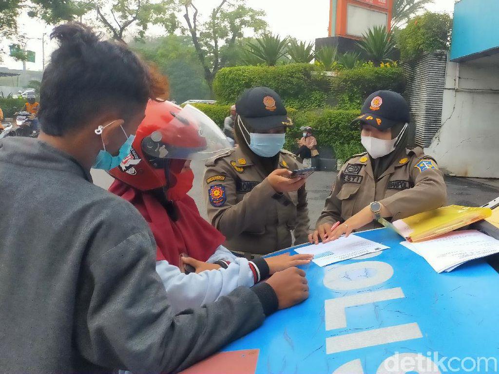 Beda Aturan Satpol PP dengan Polisi di Hari Pertama Penerapan PPKM Surabaya