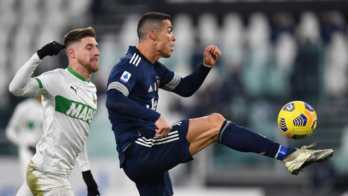 TURIN, ITALY - JANUARY 10: Cristiano Ronaldo of Juventus F.C. controls the ball under pressure from Georgios Kyriakopoulos of Sassuolo during the Serie A match between Juventus and US Sassuolo at Allianz Stadium on January 10, 2021 in Turin, Italy. Sporting stadiums around Italy remain under strict restrictions due to the Coronavirus Pandemic as Government social distancing laws prohibit fans inside venues resulting in games being played behind closed doors. (Photo by Valerio Pennicino/Getty Images )
