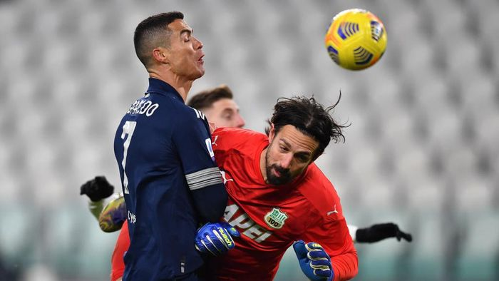 TURIN, ITALY - JANUARY 10: Cristiano Ronaldo of Juventus F.C. clashes with Andrea Consigli of Sassuolo during the Serie A match between Juventus and US Sassuolo at Allianz Stadium on January 10, 2021 in Turin, Italy. Sporting stadiums around Italy remain under strict restrictions due to the Coronavirus Pandemic as Government social distancing laws prohibit fans inside venues resulting in games being played behind closed doors. (Photo by Valerio Pennicino/Getty Images )