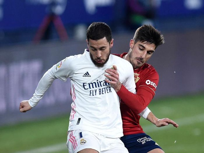 PAMPLONA, SPAIN - JANUARY 09: Eden Hazard of Real Madrid holds off Nacho Vidal of Osasuna during the La Liga Santander match between C.A. Osasuna and Real Madrid at Estadio El Sadar on January 09, 2021 in Pamplona, Spain. Sporting stadiums around Spain remain under strict restrictions due to the Coronavirus Pandemic as Government social distancing laws prohibit fans inside venues resulting in games being played behind closed doors. (Photo by Juan Manuel Serrano Arce/Getty Images)