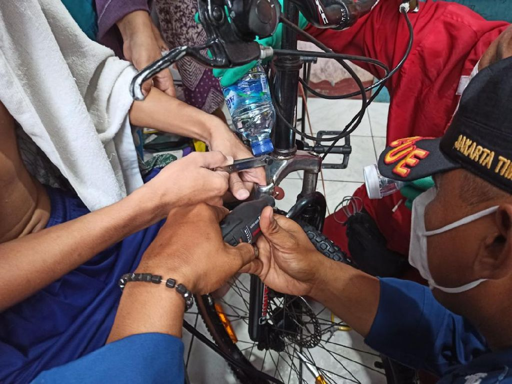 Damkar Evakuasi Jari Pria di Jaktim yang Tersangkut Shockbreaker Sepeda