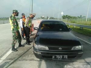 Polisi Perketat Kendaraan Masuk Ngawi di Hari Pertama PPKM