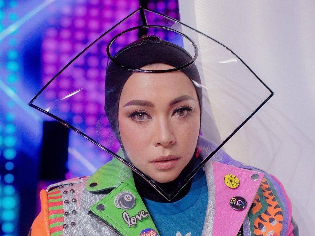 6 Artis Ini Pakai Face Shield Unik, Gaya Melly Goeslaw Dikritik dr. Tirta