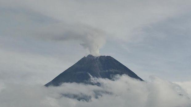 Gunung Merapi mengeluarkan asap sulfatara terlihat dari Turi, Sleman, D.I Yogyakarta, Senin (11/1/2021). Balai Penyelidikan dan Pengembangan Teknologi Kebencanaan Geologi (BPPTKG) D.I Yogyakarta mencatat pada periode pengamatan Senin (11/1) pukul 06:00-12:00 WIB Gunung Merapi mengalami guguran sebanyak 49 kali dengan Amplitudo 4-29 mm dan Durasi 8-117 detik. ANTARA FOTO/Andreas Fitri Atmoko/rwa.