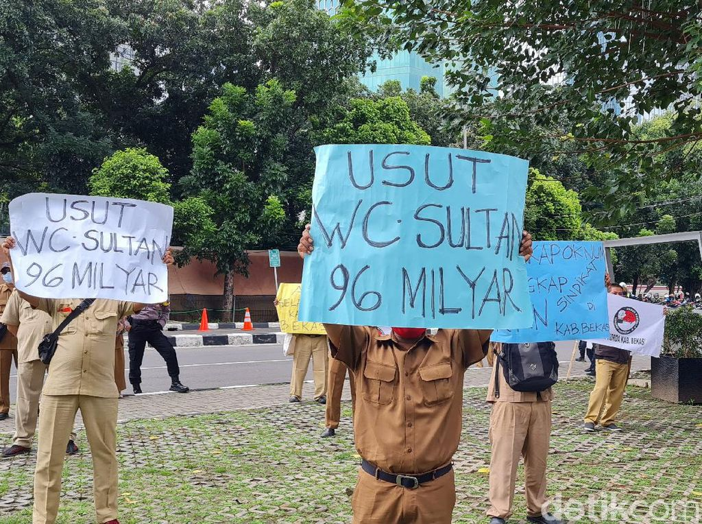 Guru Honorer Bekasi Demo di KPK, Minta Proyek Toilet Rp 196 Juta Diusut