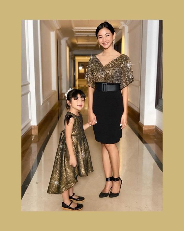 Fashion Glenca Chysara dalam balutan dress berwarna black & gold.