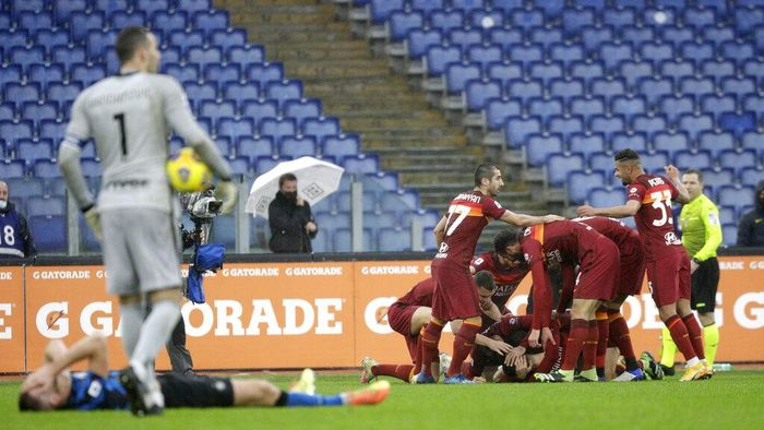 Romas Gianluca Mancini is celebrated by teammates after he scored his sides second goal during a Serie A soccer match between Roma and Inter Milan at Romes Olympic stadium, Sunday, Jan. 10, 2021. (AP Photo/Gregorio Borgia)