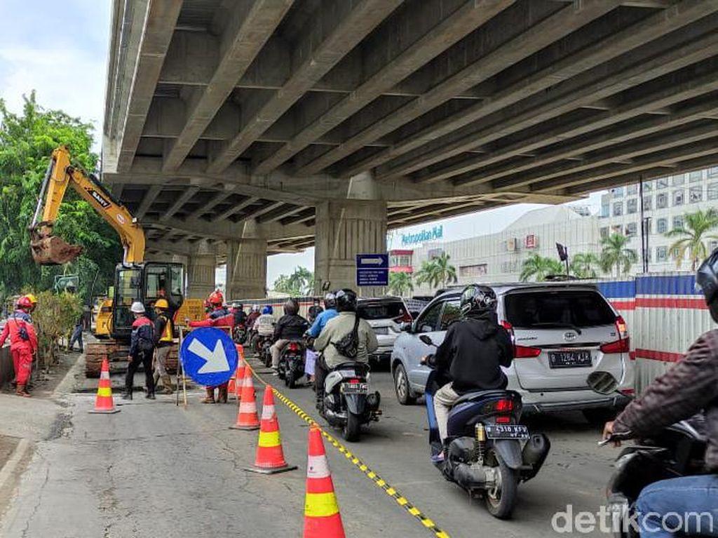 Jalan Rusak Seberang Metropolitan Mall Bekasi Diperbaiki, Lalin Ramai