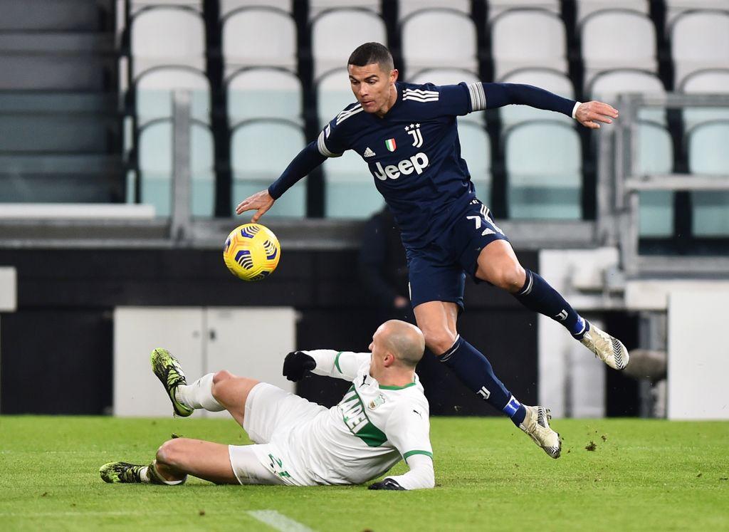 Soccer Football - Serie A - Juventus v U.S. Sassuolo - Allianz Stadium, Turin, Italy - January 10, 2021 Sassuolo's Vlad Chiriches in action with Juventus' Cristiano Ronaldo REUTERS/Massimo Pinca