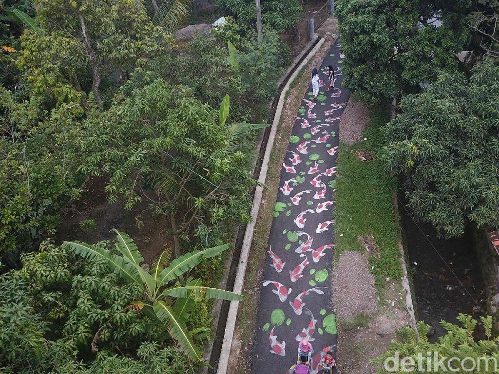 Kampung Lukis di Cianjur Punya Ratusan Koi yang Hiasi Jalan