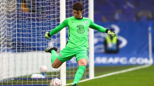 LONDON, ENGLAND - JANUARY 10: Kepa Arrizabalaga of Chelsea on the ball during the FA Cup Third Round match between Chelsea and Morecambe at Stamford Bridge on January 10, 2021 in London, England. Sporting stadiums around England remain under strict restrictions due to the Coronavirus Pandemic as Government social distancing laws prohibit fans inside venues resulting in games being played behind closed doors. (Photo by Clive Rose/Getty Images)