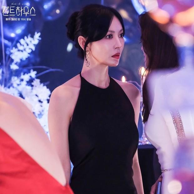 Kim So Yeon pemeran Cheon Seo Jin dalam drama The Penthouse : War in Life.