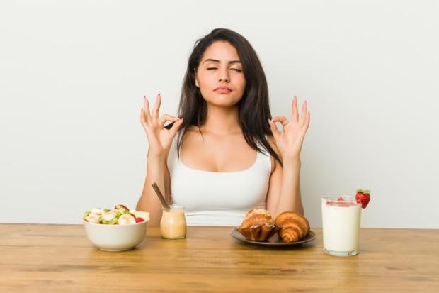 Memilih mengonsumsi makanan dan minuman sehat bisa kamu masukkan ke list resolusi 2021.