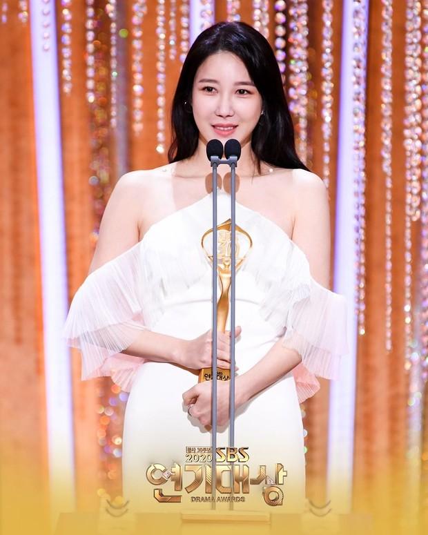 Lee Ji Ah saat memenangkan Top Excellence Awards untuk Actress in a Mid-Lengh/Long Drama dalam SBS Drama Awards 2020.