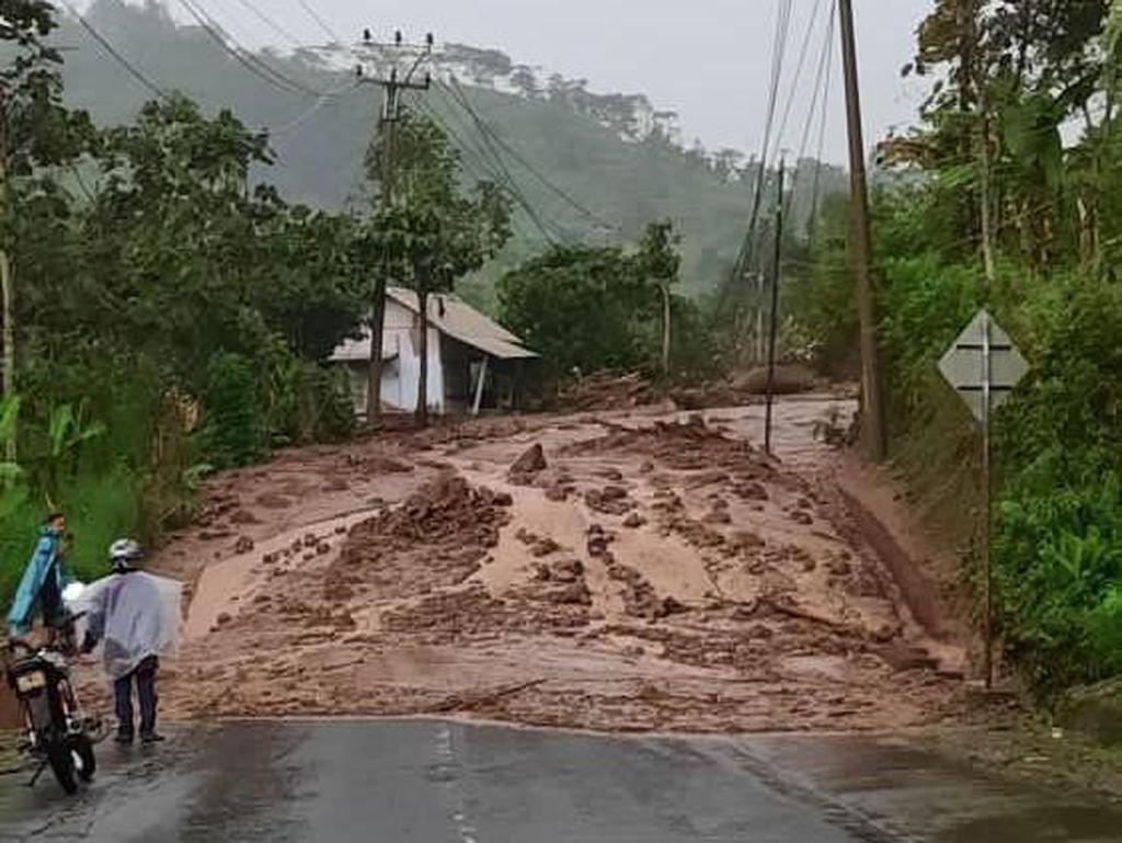 Longsor Cijapati, Tiang Listrik Ambruk-Jalur Garut ke Bandung Terputus