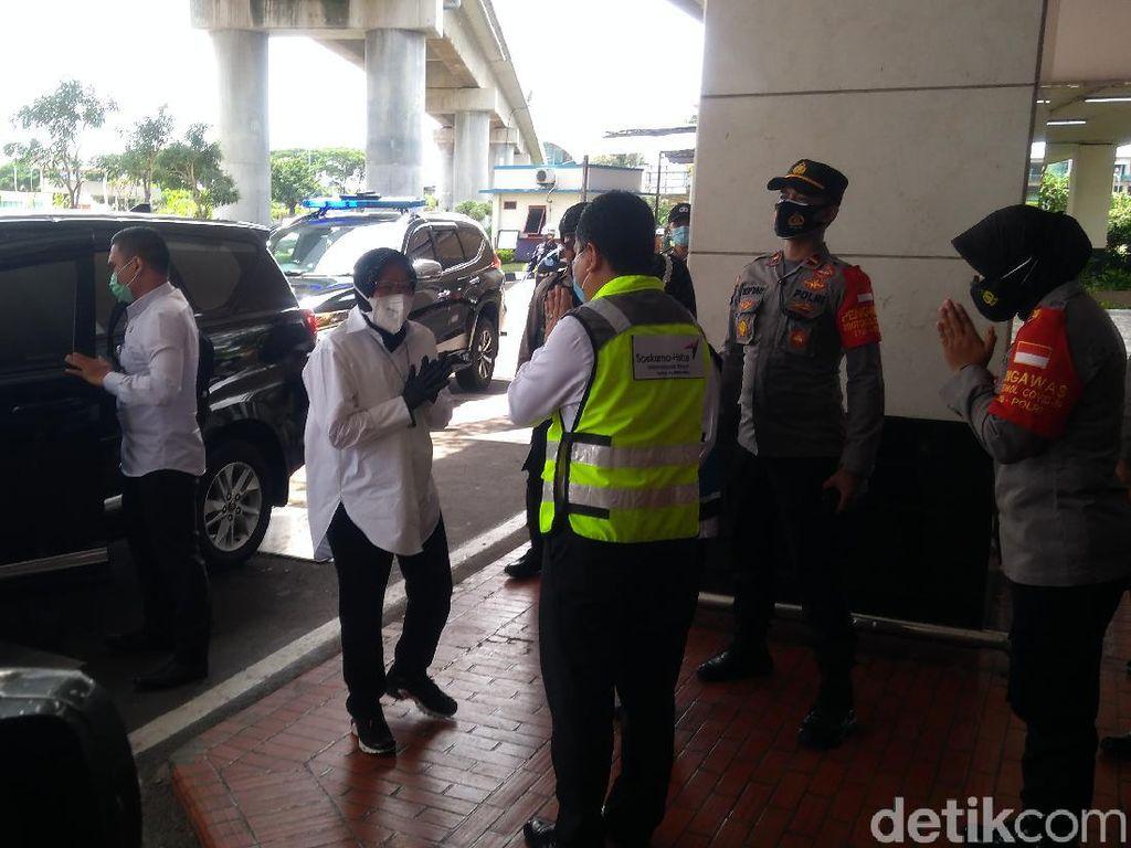 Mensos Risma Sambangi Posko Crisis Center Sriwijaya Air di Bandara Soetta
