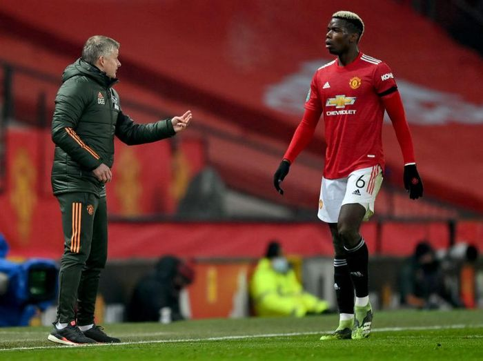 MANCHESTER, ENGLAND - JANUARY 06: Ole Gunnar Solskjaer, Manager of Manchester United speaks to Paul Pogba of Manchester United during the Carabao Cup Semi Final match between Manchester United and Manchester City at Old Trafford on January 06, 2021 in Manchester, England. The match will be played without fans, behind closed doors as a Covid-19 precaution. (Photo by Shaun Botterill/Getty Images)